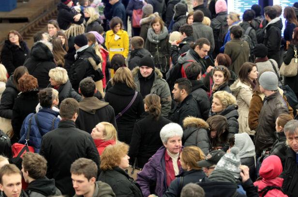 Dworzec Centralny: pasażerowie czekają na spóźniony pociąg PAP/Leszek Szymański