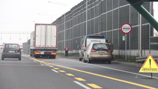 """Trasa AK: """"Nie można karać kierowców tirów. Brakuje znaków"""""""