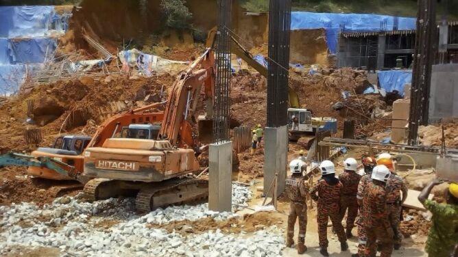 Ziemia pogrzebała pracowników. <br />Zginęło co najmniej 11 osób