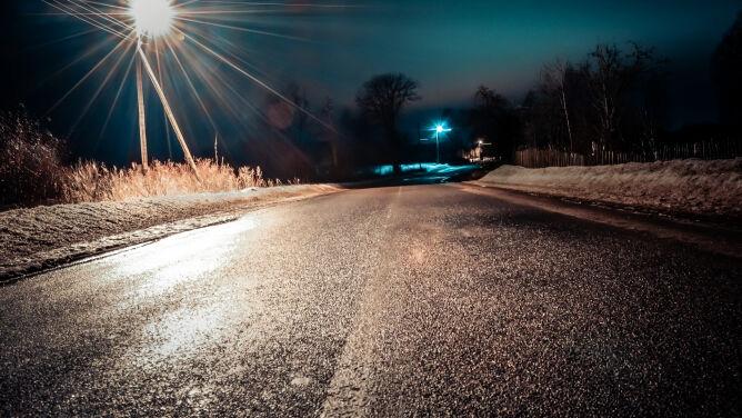 Marznące opady i gołoledź. Niebezpiecznie na drogach i chodnikach
